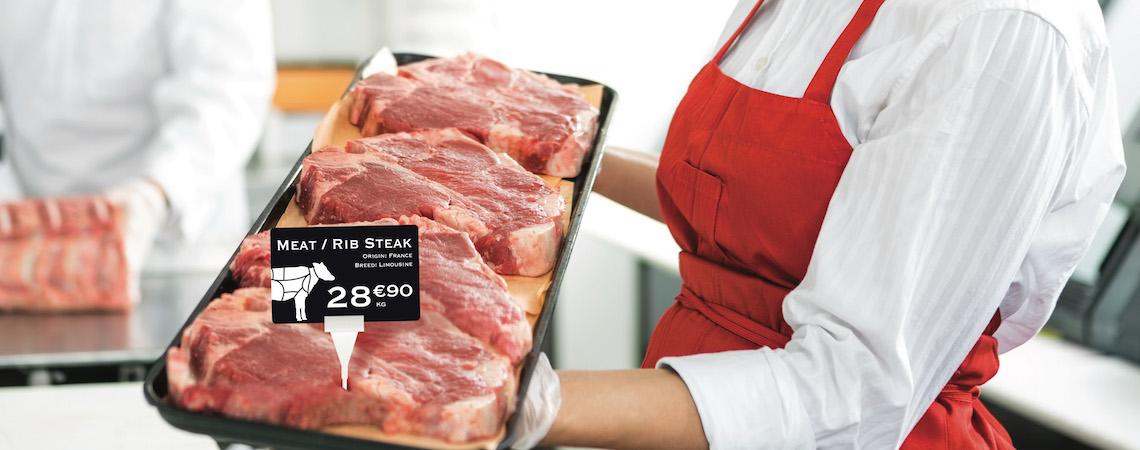 Una carnicería usa tarjetas de precio que hacen coincidir los productos y la imagen de marca