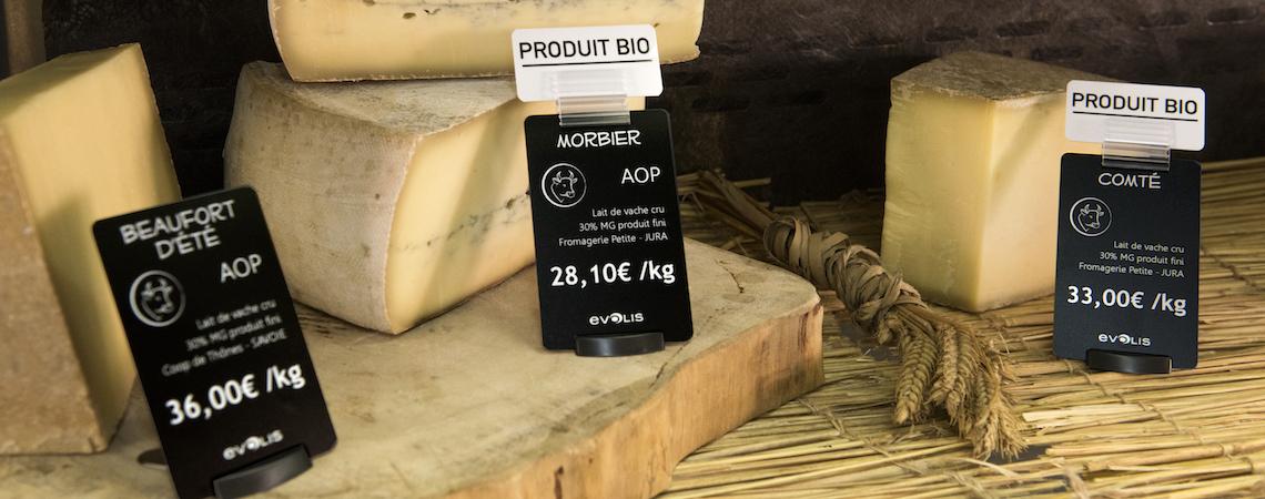 Atractivas tarjetas de precio en tamaño tarjeta de crédito junto a deliciosos quesos